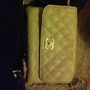 Im selling a chanel hand bag
